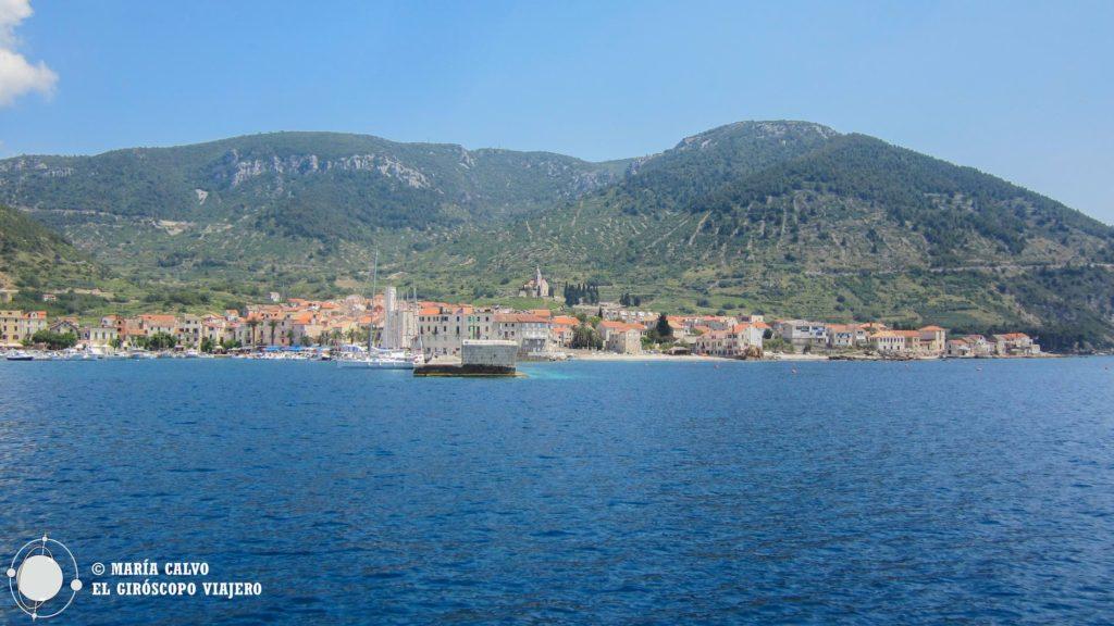 Ville de Komiza sur l'île de Vis. De l'histoire, du vin et de l'ambiance! ©María Calvo.