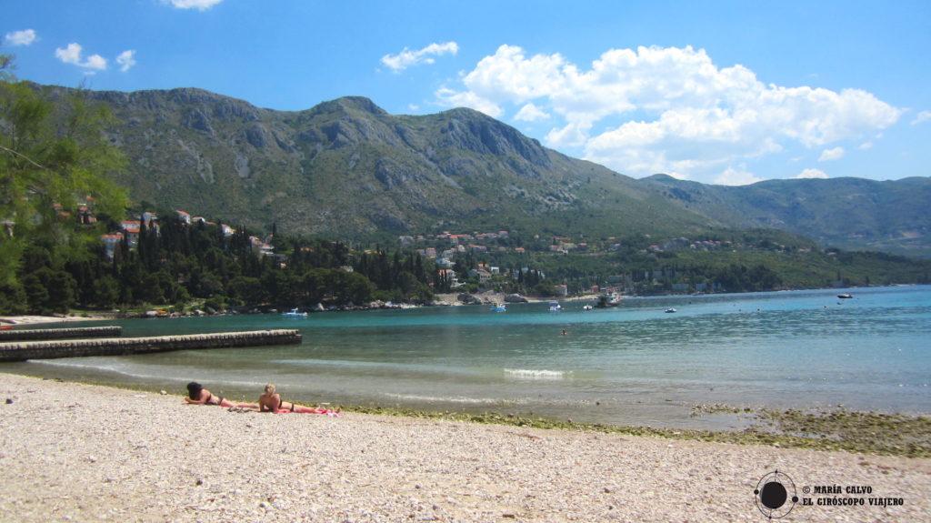 Plage de Srebeno, tout près de Dubrovnik. Magnifiques vues de l'arrière-pays