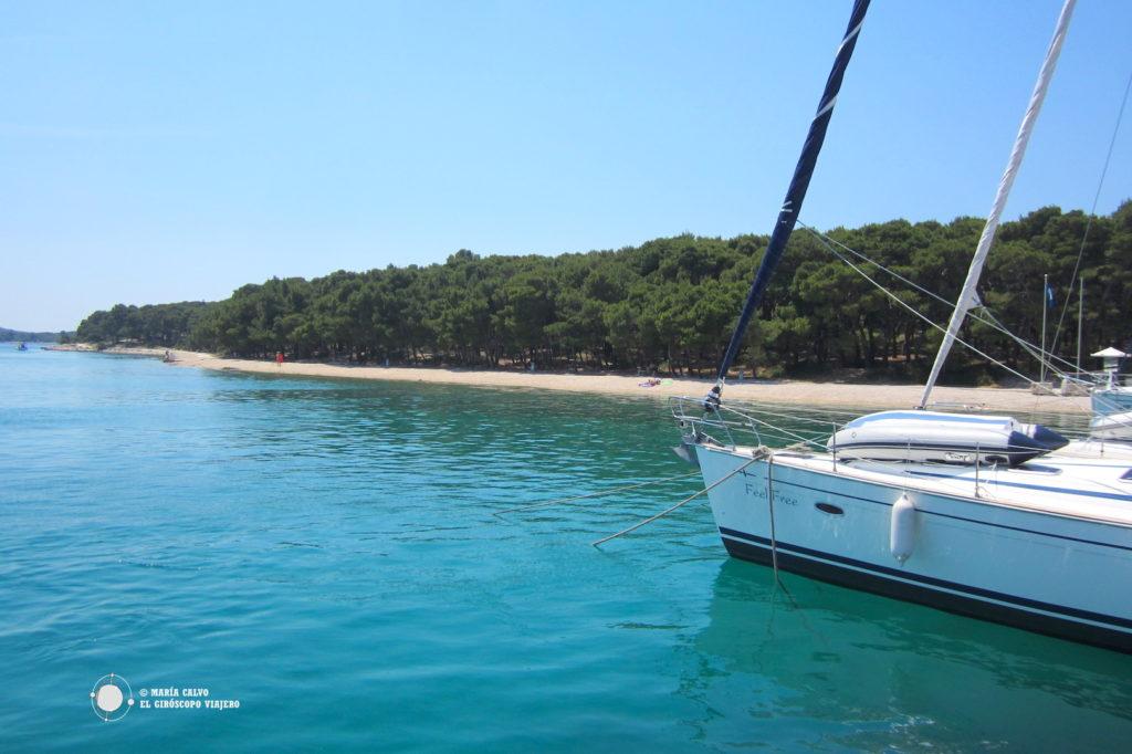 Baignade dans les eaux bleus des iles croates