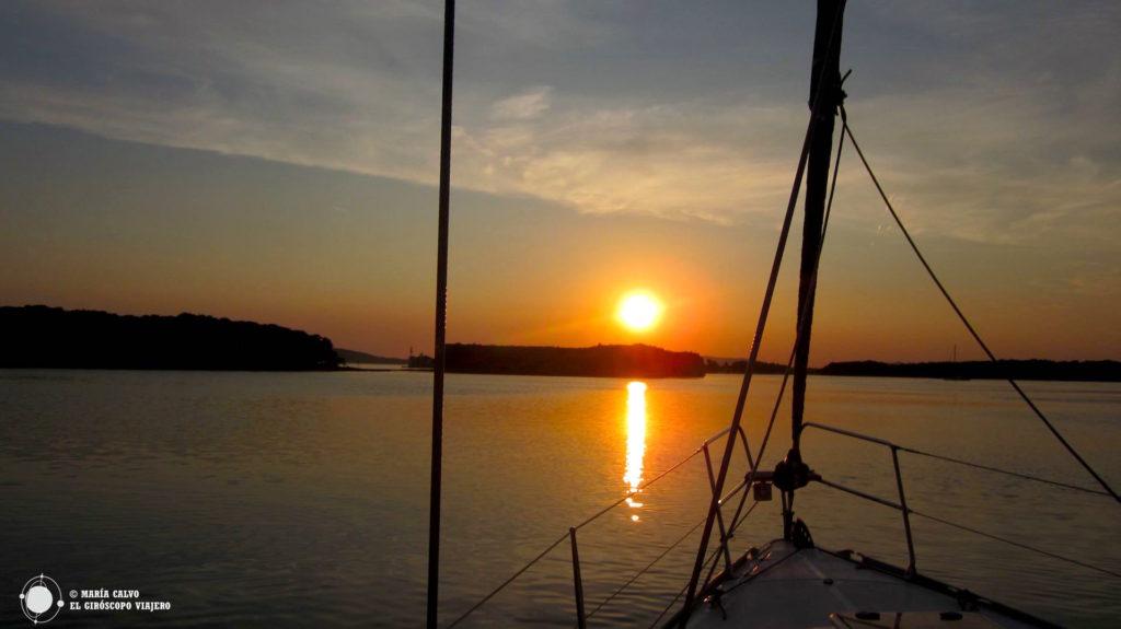 Coucher de soleil dans à bord d'un voilier. Iles Dalmates.