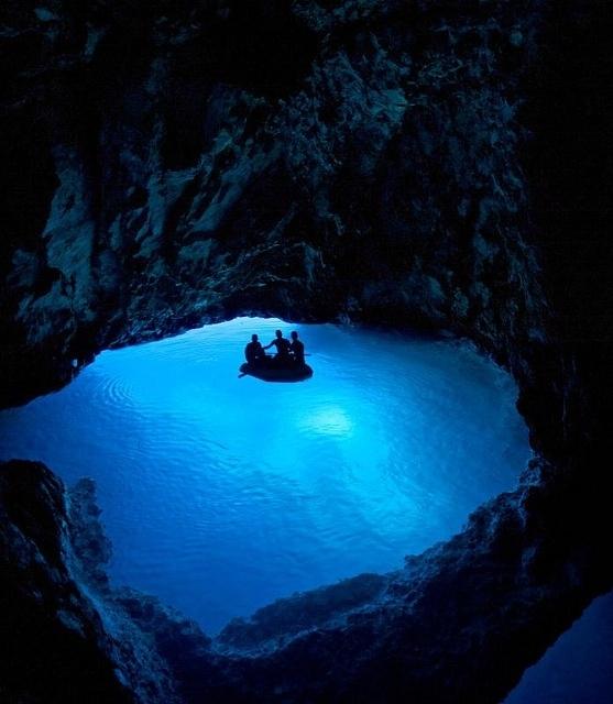 Magnifique l'eau de la Blue Grotto, un moment unique d'ombres et lumières