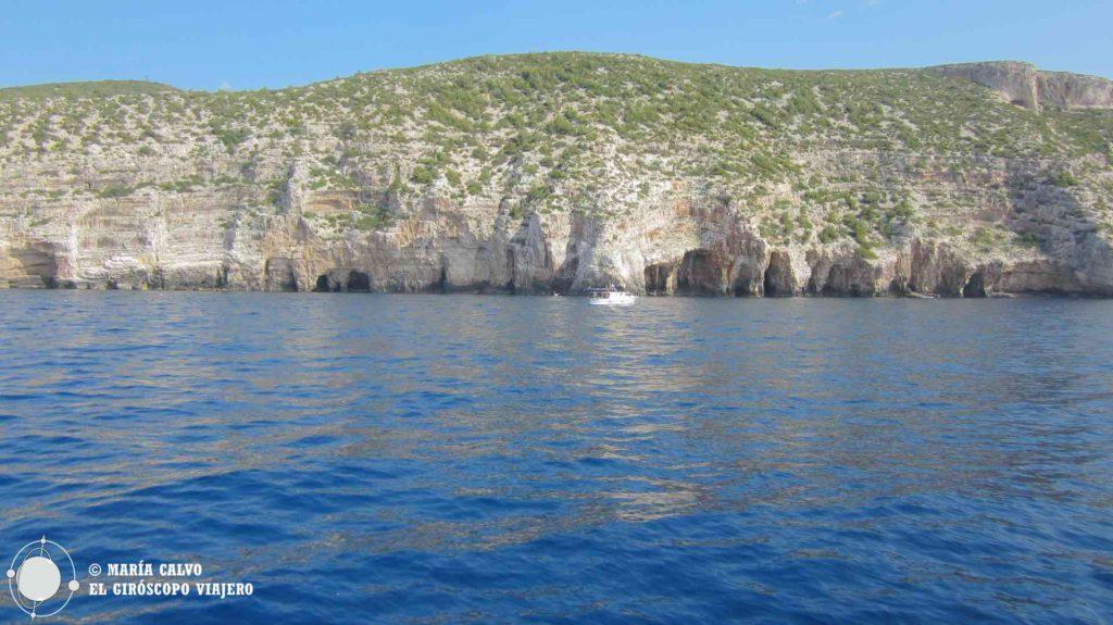 L'entrée à la grotte bleue de Bisevo depuis un voilier