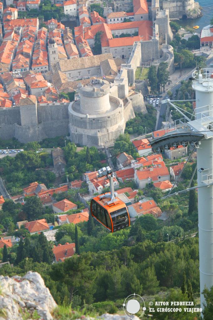 Spectaculaire vue de la vieille ville et du cable car de Dubrovnik