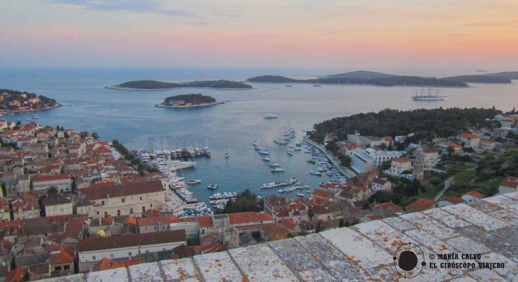 Les îles Pakleni et Hvar-ville depuis la forteresse espagnole